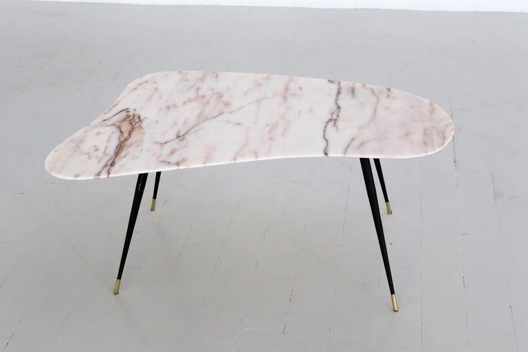Italian Midcentury Coffee Table with Kidney Shape Marble Top and Brass Tips 1950 For Sale 3
