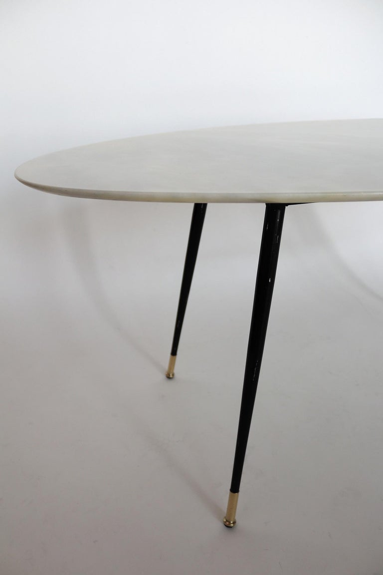 Italian Midcentury Coffee Table with Pink Marble and Stiletto Brass Feet, 1950s For Sale 2