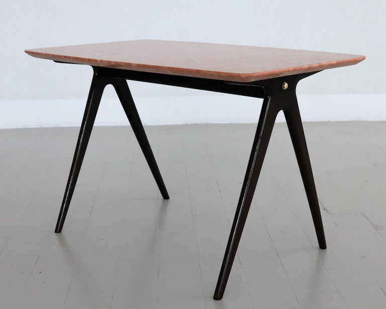 Italian Midcentury Coffee Table with Pink Marble Top and Wooden Legs, 1950s For Sale 1