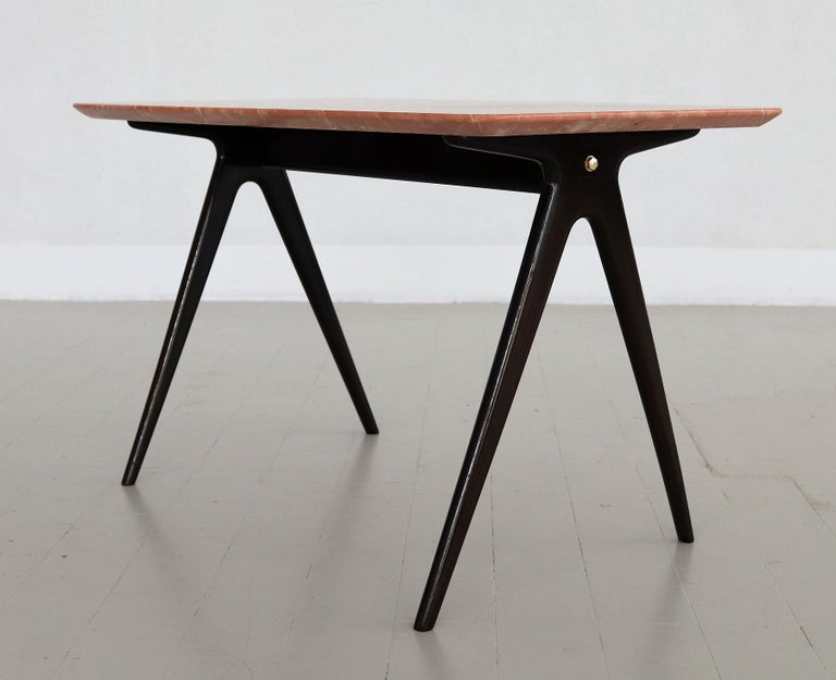 Italian Midcentury Coffee Table with Pink Marble Top and Wooden Legs, 1950s For Sale 3