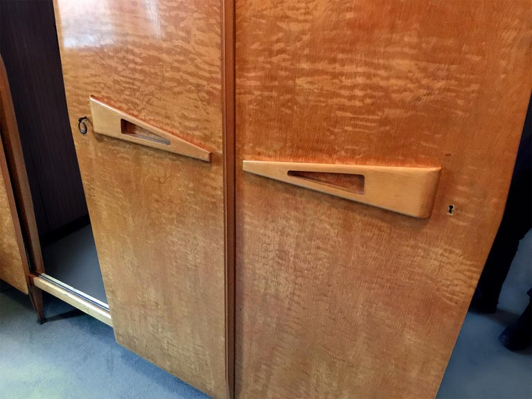 Italian Midcentury Maple Wardrobe with Sliding Mirrors by Vittorio Dassi, 1950s In Good Condition For Sale In Traversetolo, IT