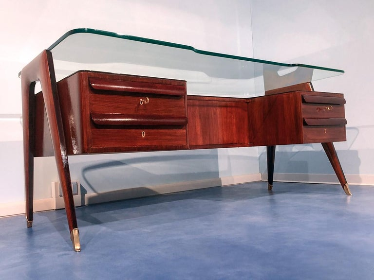 This stunning and impressive Italian executive desk is one of the masterpieces of the Italian designer Vittorio Dassi, a model type produced in Italy in the 1950s and specifically dedicated to an audience formed by professionals and senior