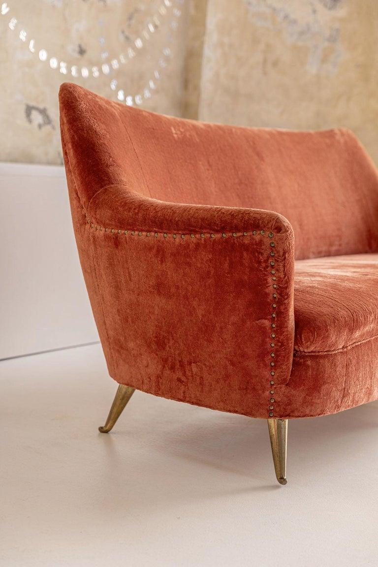 Italian Midcentury Sofa by Isa In Good Condition In Carpaneto Piacentino, Italy