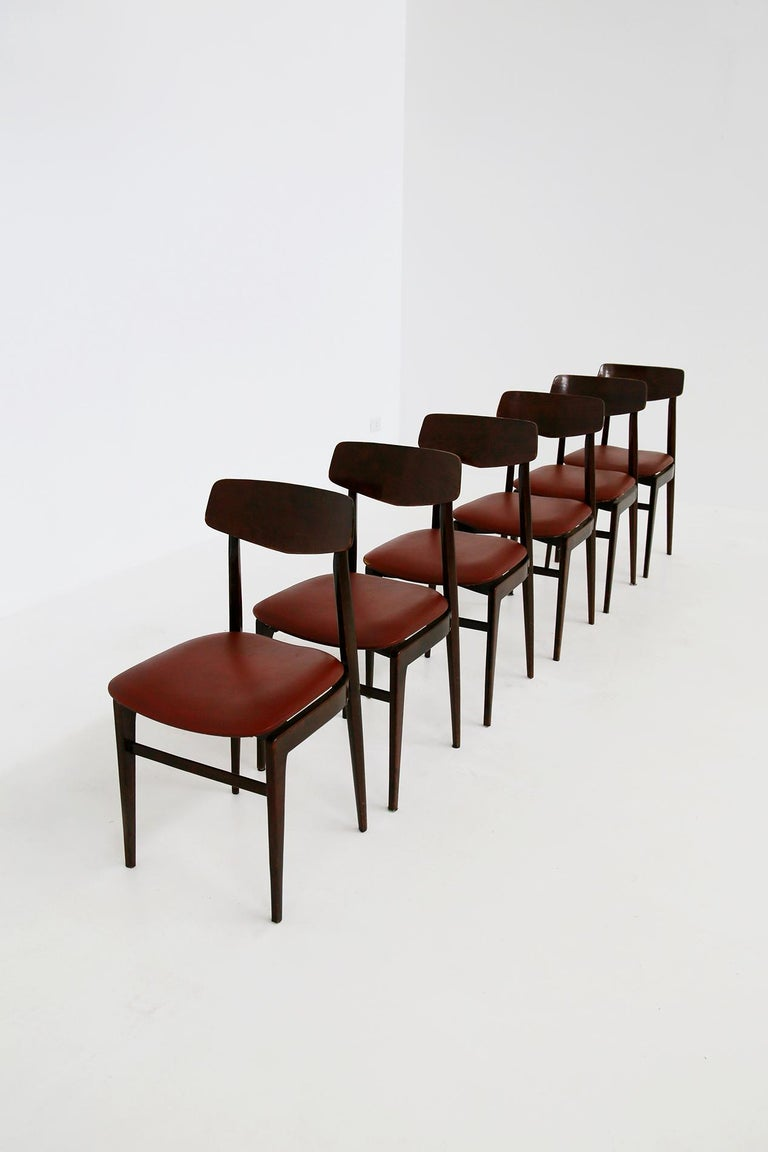 Italian Midcentury Table Chairs in Burgundy Semi-Leather, Turinese School, 1950s In Good Condition For Sale In Milano, IT