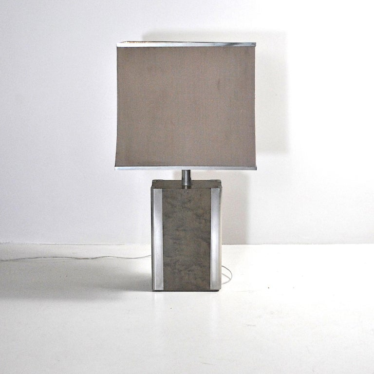 An Italian table lamp in steel an wood from the 1970s.   The lamp has no defects but only its patina, it is sold together with the original lampshade which shows significant signs of wear. We are able to create lampshades of any shape, size and