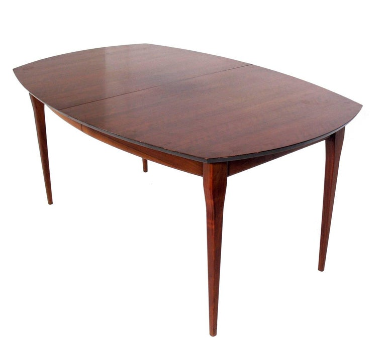Italian modern dining table, designed by Bertha Schaefer for Singer and Sons, Italy, circa 1950s. Schaefer was one of the leading female designers of the era, and designed this line for Singer and Sons with her contemporaries Gio Ponti, Carlo de