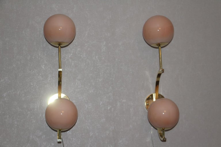 20th Century Italian Modern Midcentury Pair of Brass and Beige-Salmon Color Glass Sconces For Sale