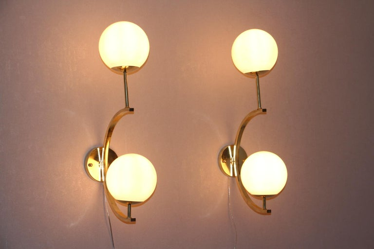 Italian Modern Midcentury Pair of Brass and Beige-Salmon Color Glass Sconces For Sale 4