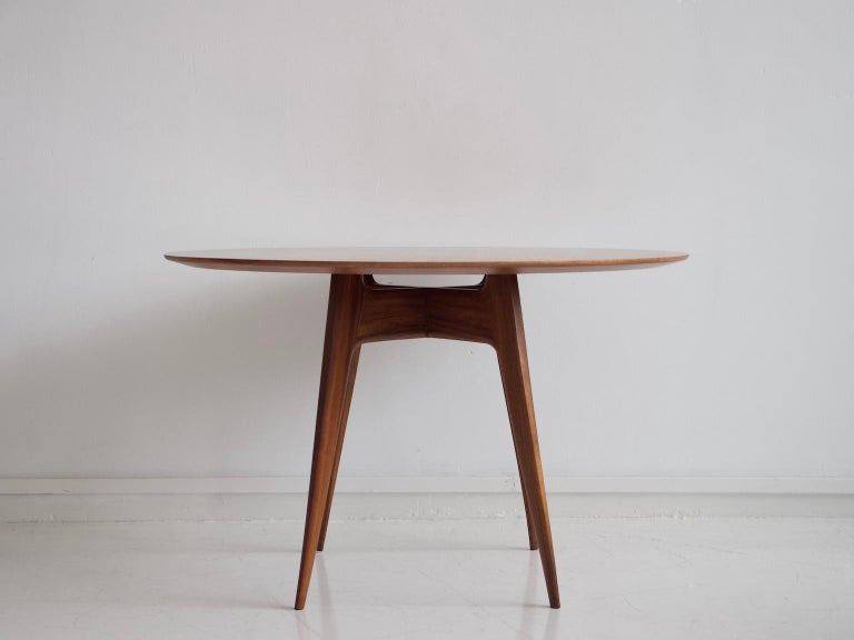 Round wooden table with tapered teak legs, made in Italy in the 1950s. Great dining table for four people. Recently restored.