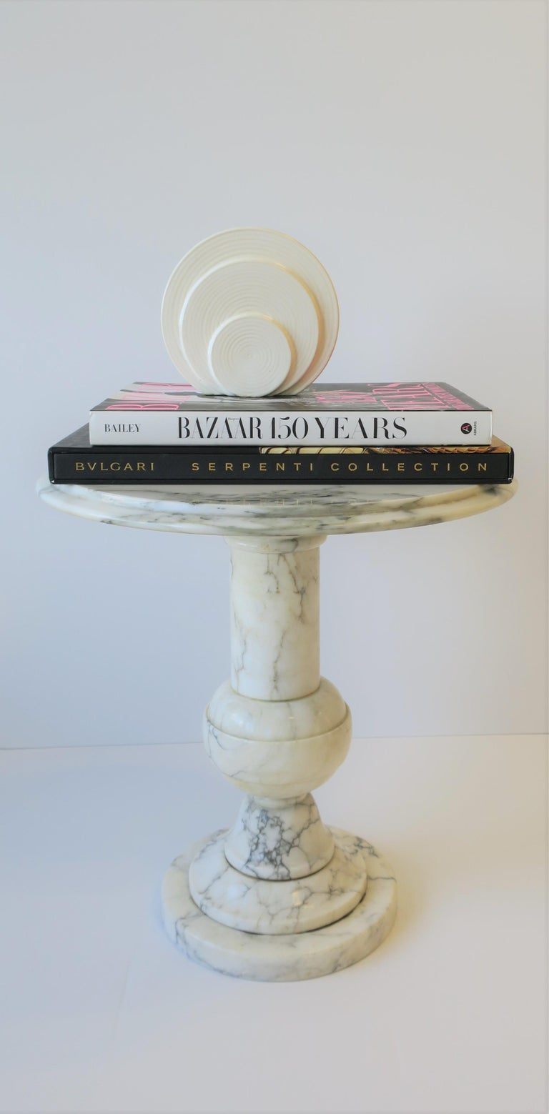 Italian Modern Round White and Black Marble Side Table For Sale 5