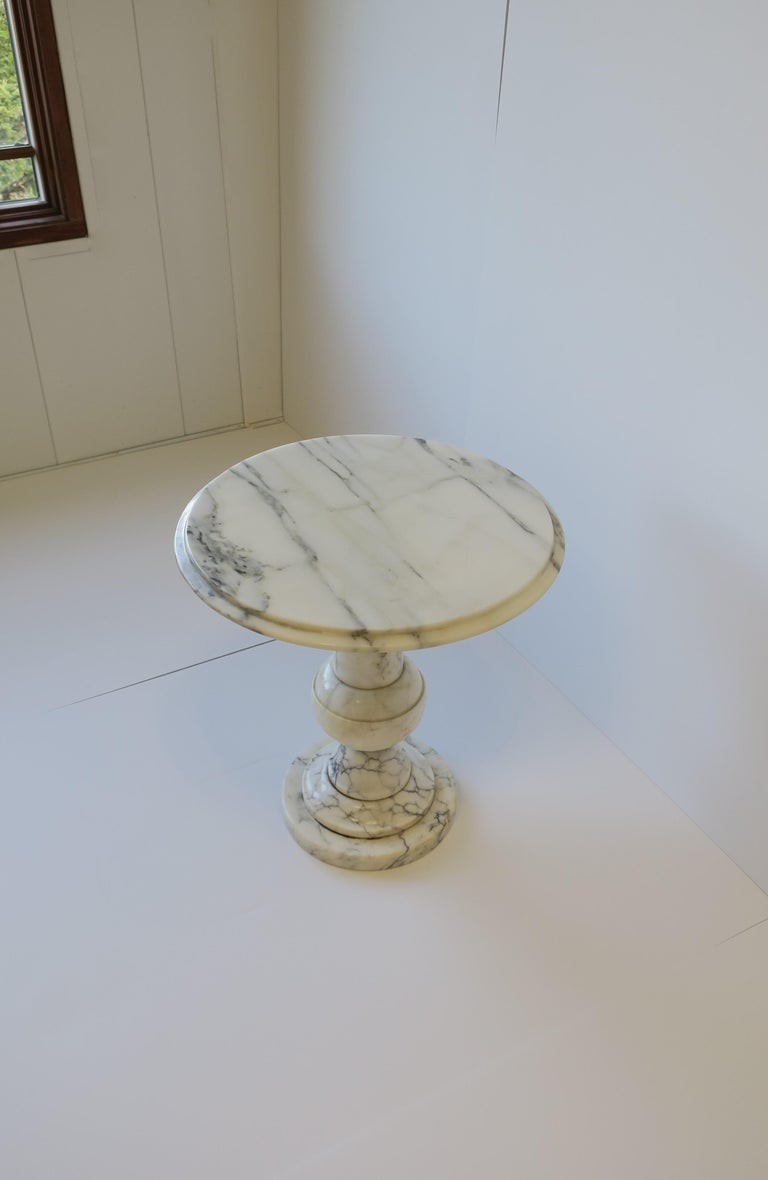 Italian Modern Round White and Black Marble Side Table For Sale 6