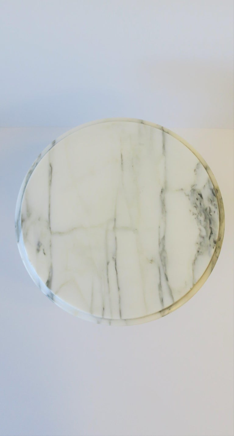 Italian Modern Round White and Black Marble Side Table For Sale 9