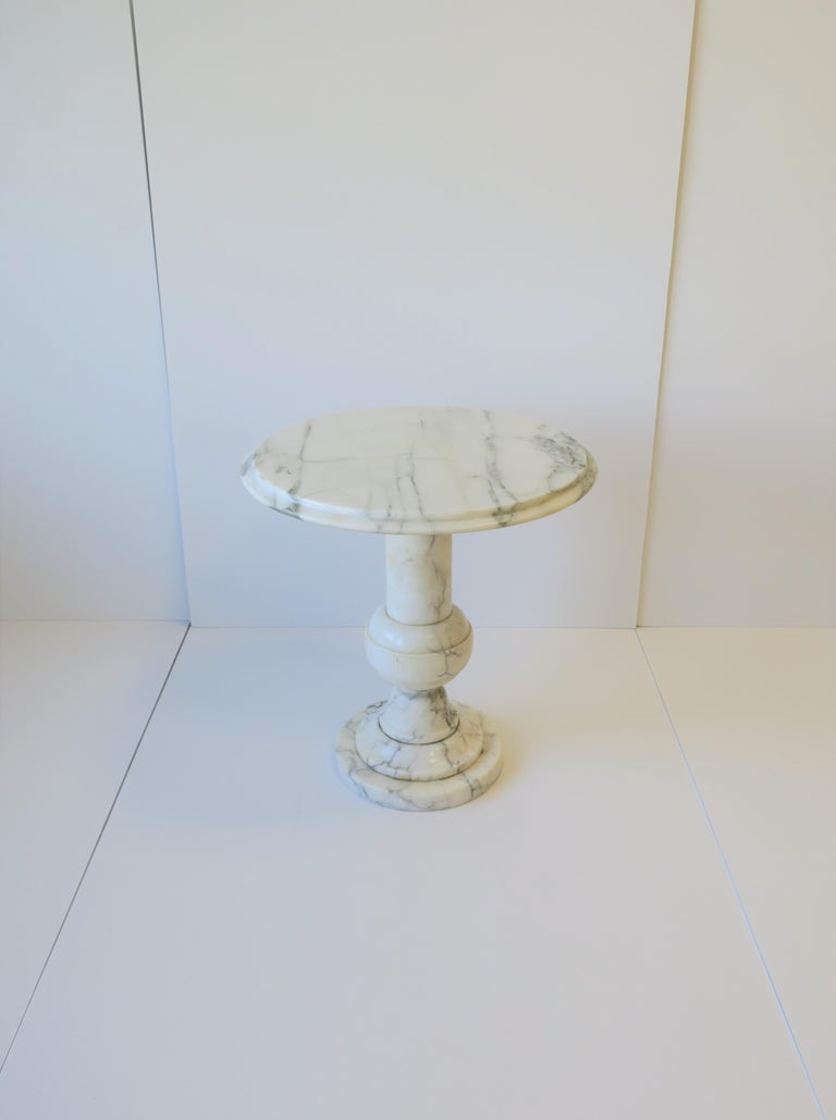 Italian Modern Round White and Black Marble Side Table In Good Condition For Sale In New York, NY