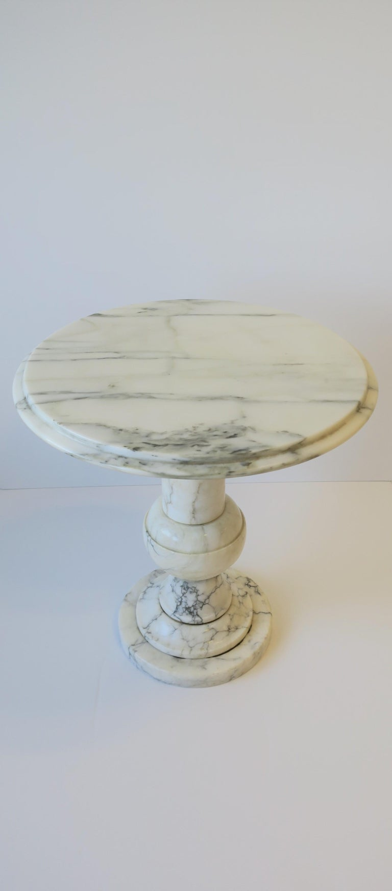 Italian Modern Round White and Black Marble Side Table For Sale 1