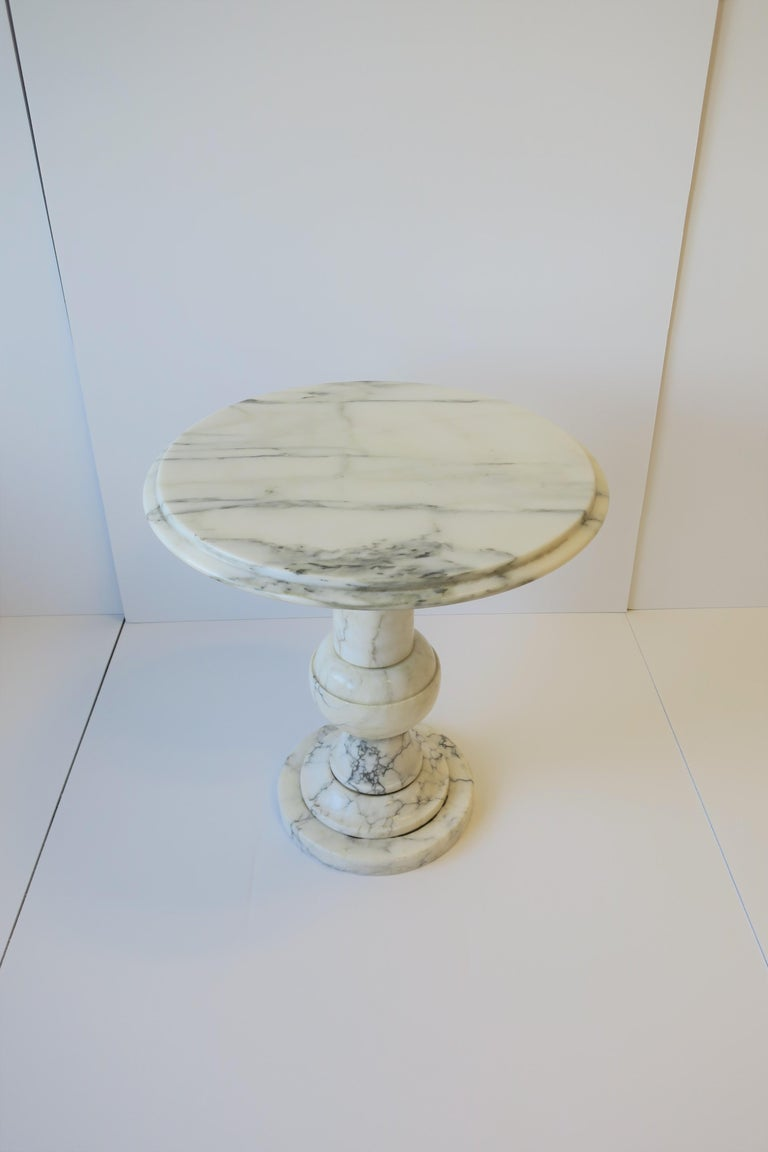 Italian Modern Round White and Black Marble Side Table For Sale 2
