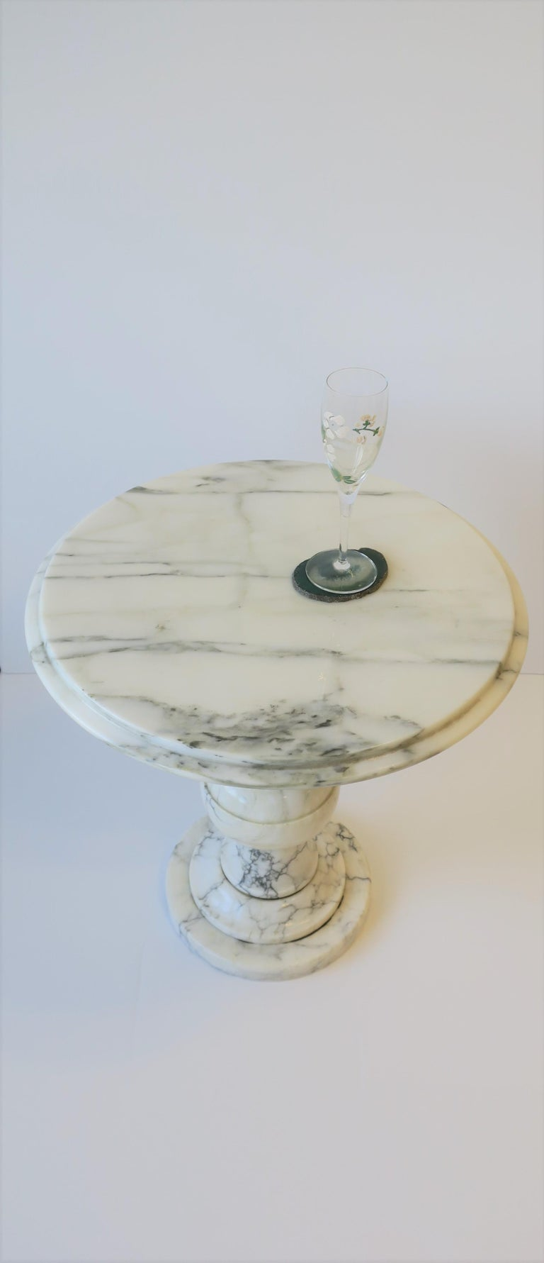 Italian Modern Round White and Black Marble Side Table For Sale 3