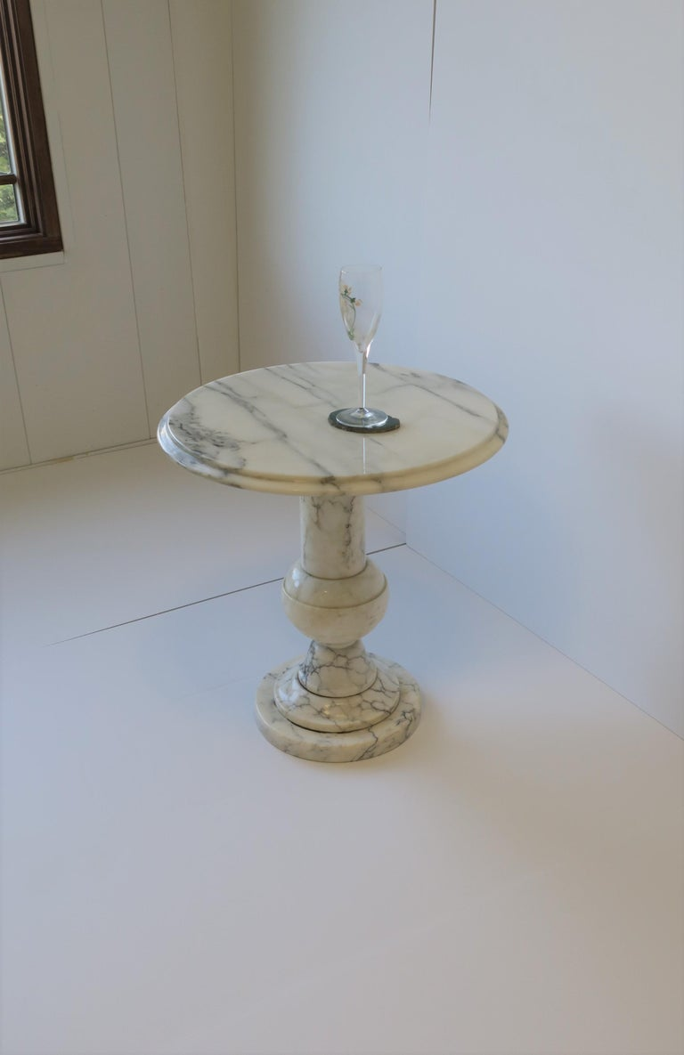 Italian Modern Round White and Black Marble Side Table For Sale 4