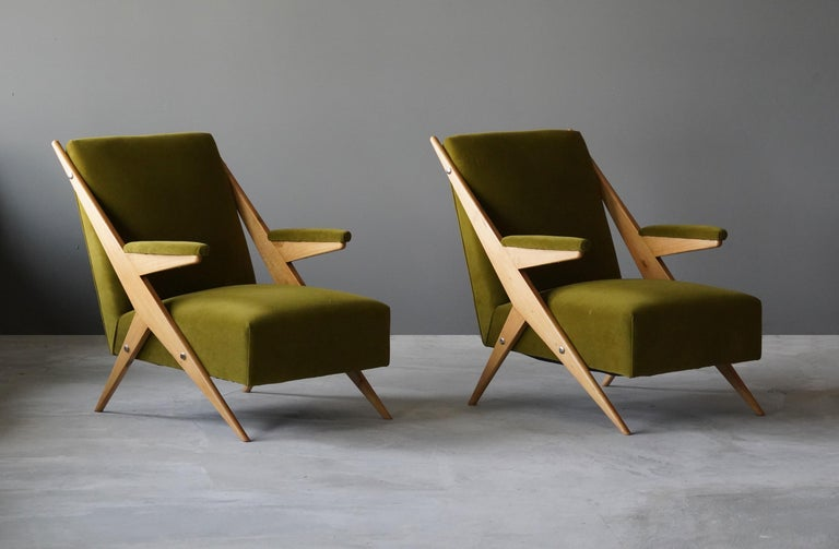 A set of highly modernist lounge chairs / armchairs. Designed and produced in Italy, 1960s. Reupholstered in a brand new high-end fabric. 