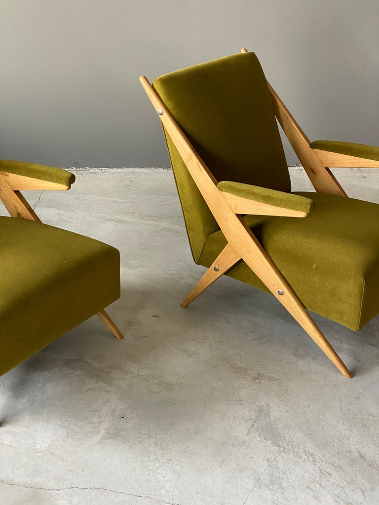 Italian, Modernist Lounge Chairs, Light Wood, Green Velvet, Italy, 1960s In Good Condition For Sale In West Palm Beach, FL