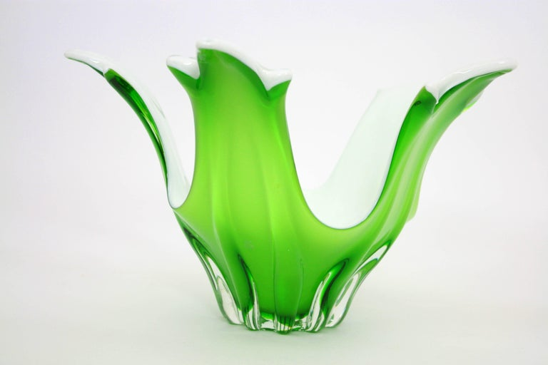 Italian Modernist Murano Green and White Glass Centerpiece Vase / Fruit Bowl In Excellent Condition For Sale In Barcelona, ES