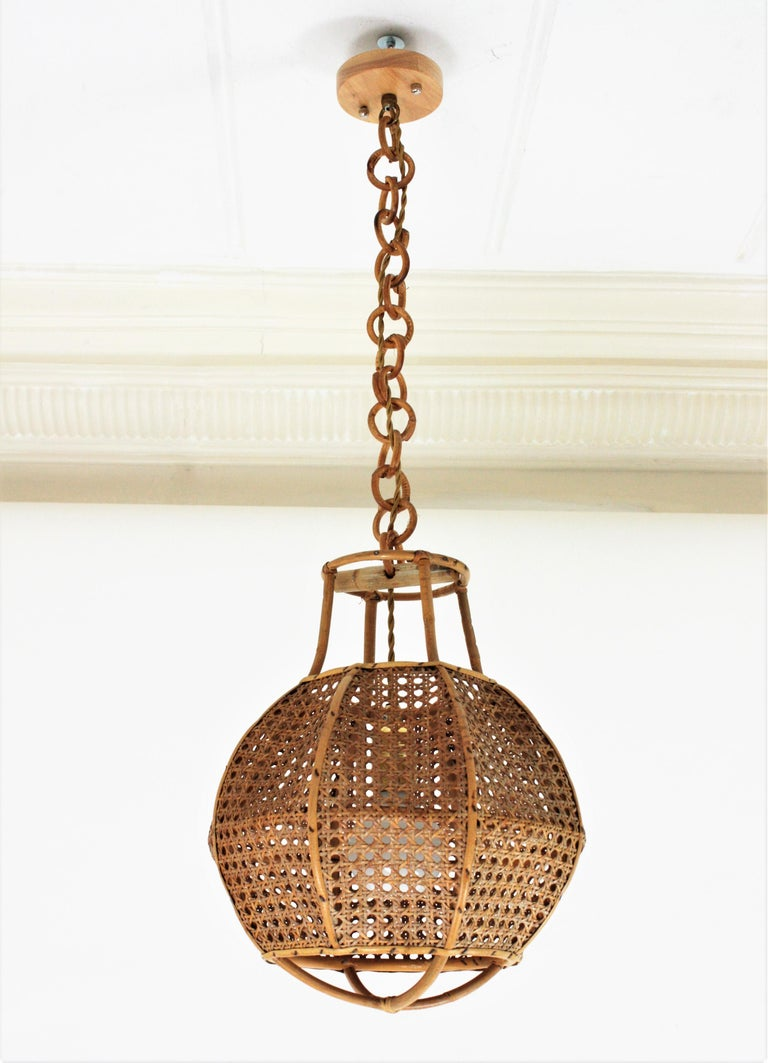 Italian Modernist Wicker Wire and Rattan Globe Pendant / Hanging Light, 1950s In Good Condition For Sale In Barcelona, ES