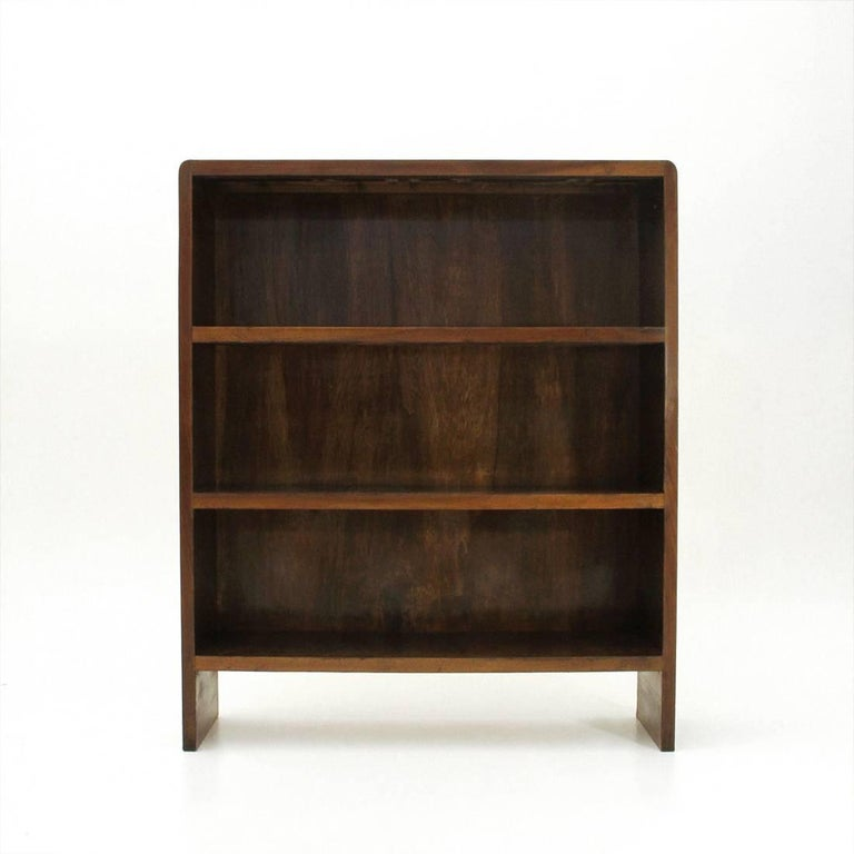 Italian bookcase of the 1940s. Structure in wood veneered with rounded corners. Three shelves. Structure in good condition, some signs due to normal use over time.  Dimensions: Width 101 cm, depth 28.5 cm, height 120 cm.