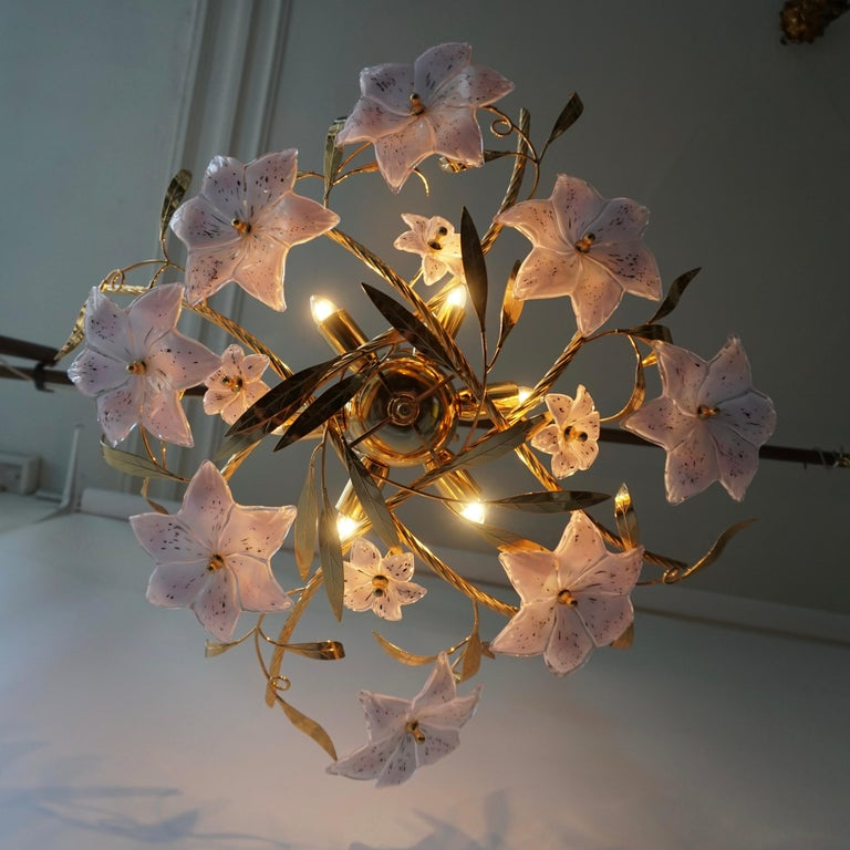 20th Century Italian Murano Glass and Brass Flowers Chandelier White and Pink For Sale