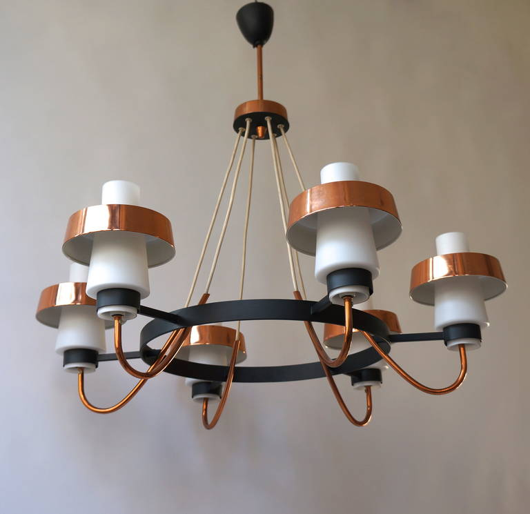 Italian chandelier in brass and Murano opaline glass. Measures: Diameter 80 cm; Height 85 cm.