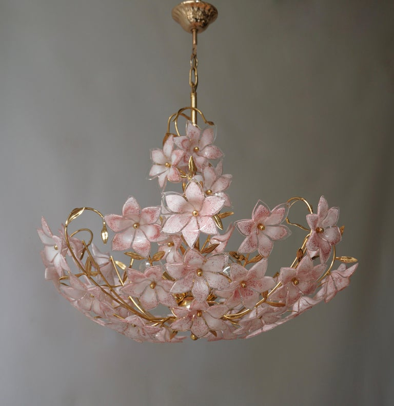 Franco Luce design chandelier. Elegant large Italian Murano glass flower Bouquet art glass chandelier with hand-blow white/pink and clear glass flowers and gold-plated brass.  The light requires three single E27 screw fit lightbulbs (60Watt max.)