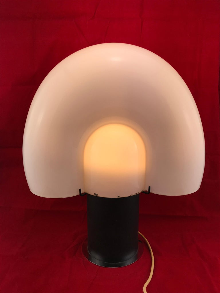 Space Age Mid-Century Modern Italian White Murano Glass Shell Table Lamp 1970s In Good Condition For Sale In Byron Bay, NSW