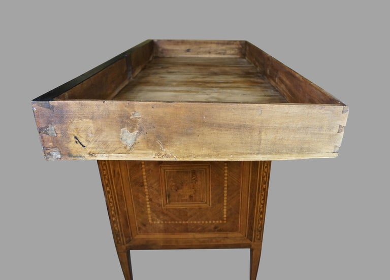 Italian Neoclassical 18th Century Inlaid Walnut 3-Drawer Commode  For Sale 8