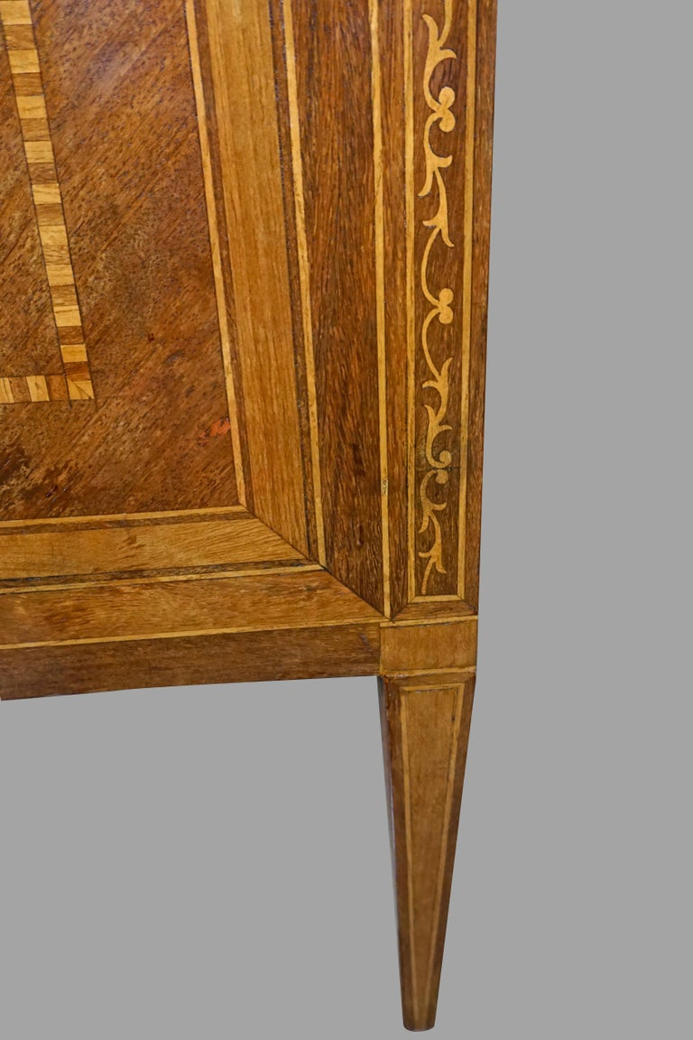 Italian Neoclassical 18th Century Inlaid Walnut 3-Drawer Commode  For Sale 4