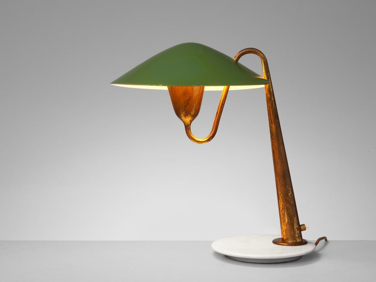 Table lamp, in brass, green-coated metal, Italy, circa 1950.  This wonderful curved brass desk light features a brass body and a green-coated shade. The stem of the light features multiple soft curves. The end of the stem ends in a cone shape