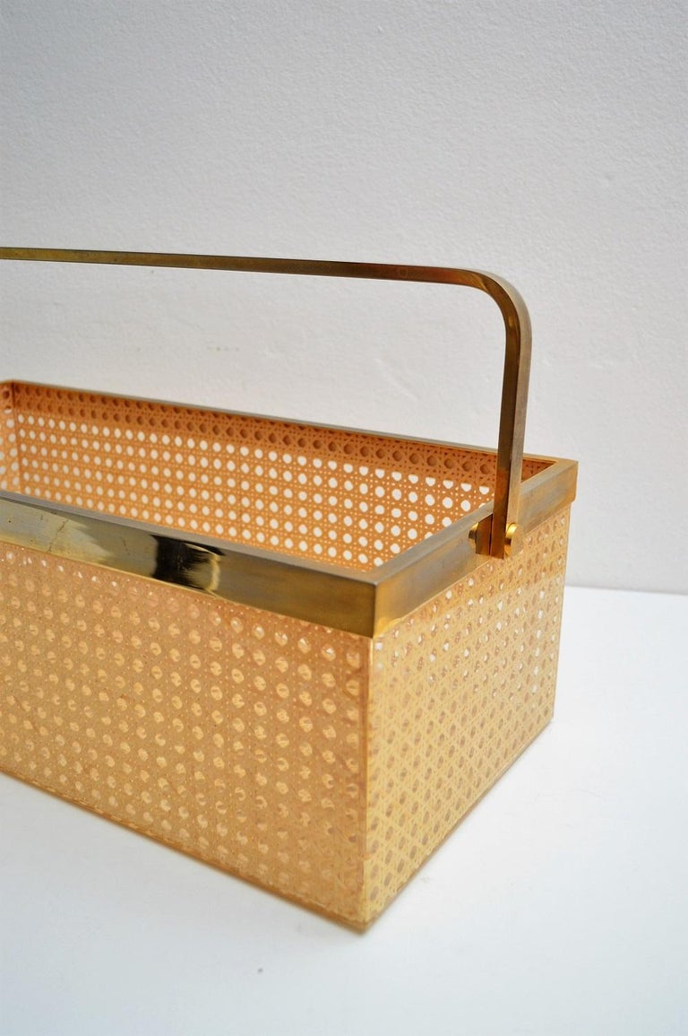 Italian Regency Lucite with Rattan and Gold-Plated Magazine Rack, 1970s In Excellent Condition For Sale In Clivio, Varese