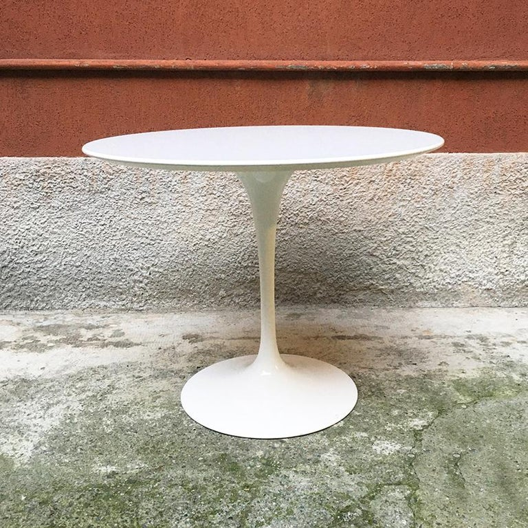 Italian Rounded Laminated Top Tulip Dining Table by Eero Saarinen for Knoll 1973 In Good Condition For Sale In MIlano, IT