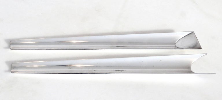 Lino Sabattini very unusual and very modern in design salad server set. Silver-plate.  Stamped and signed. Excellent condition with signs of normal wear.  No dings or flaws.  Bregnano workshop. Limited edition.  Made in Italy: 45 Jahre Design
