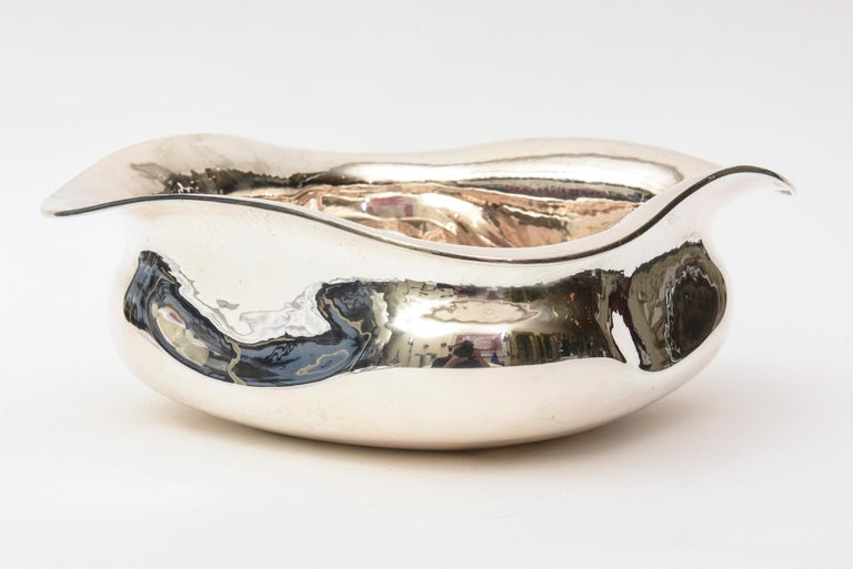 This gorgeous and substantial Italian 1980s sterling silver bowl is so sculptural. It is 800 Italian silver. It is perfect as a beautiful form or for serving. it is modernist and modern yet rings with elegance. Great for all your entertaining needs.