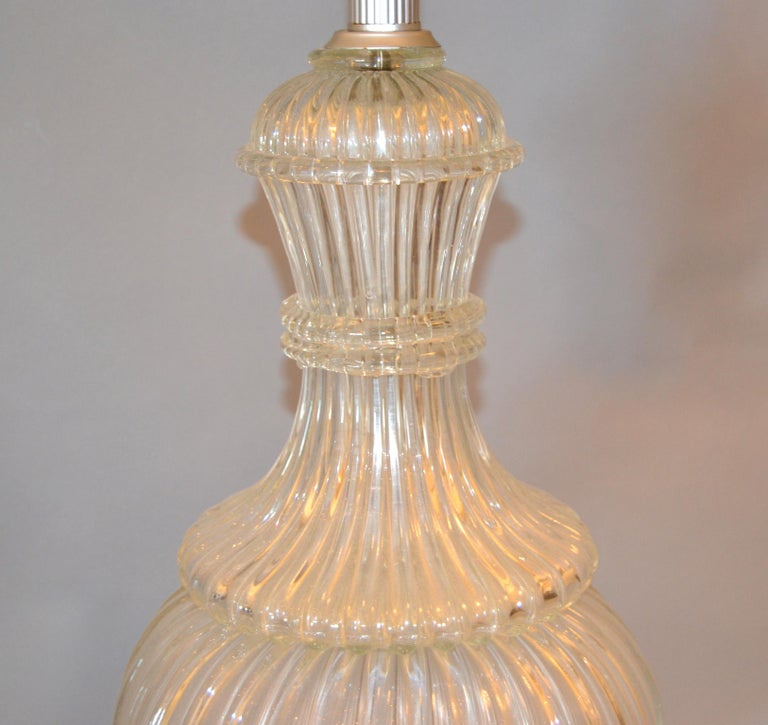 Italian Tall Clear Hand Blown Ribbed Murano Glass and Aluminum Neck Table Lamp For Sale 5
