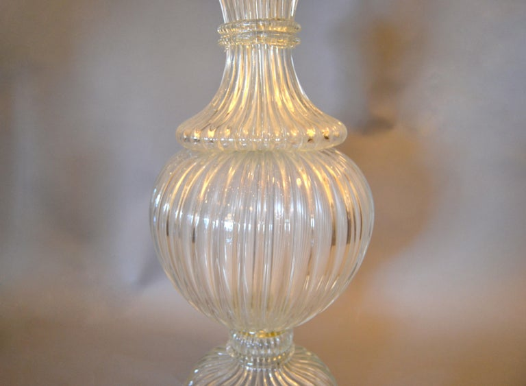 Late 20th Century Italian Tall Clear Hand Blown Ribbed Murano Glass and Aluminum Neck Table Lamp For Sale