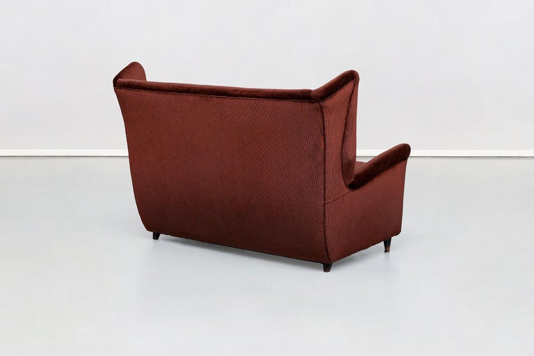Italian Two-Seat Sofa in Red Corduroy Velvet by Grand Hotel Duomo Milano, 1950 In Good Condition For Sale In MIlano, IT