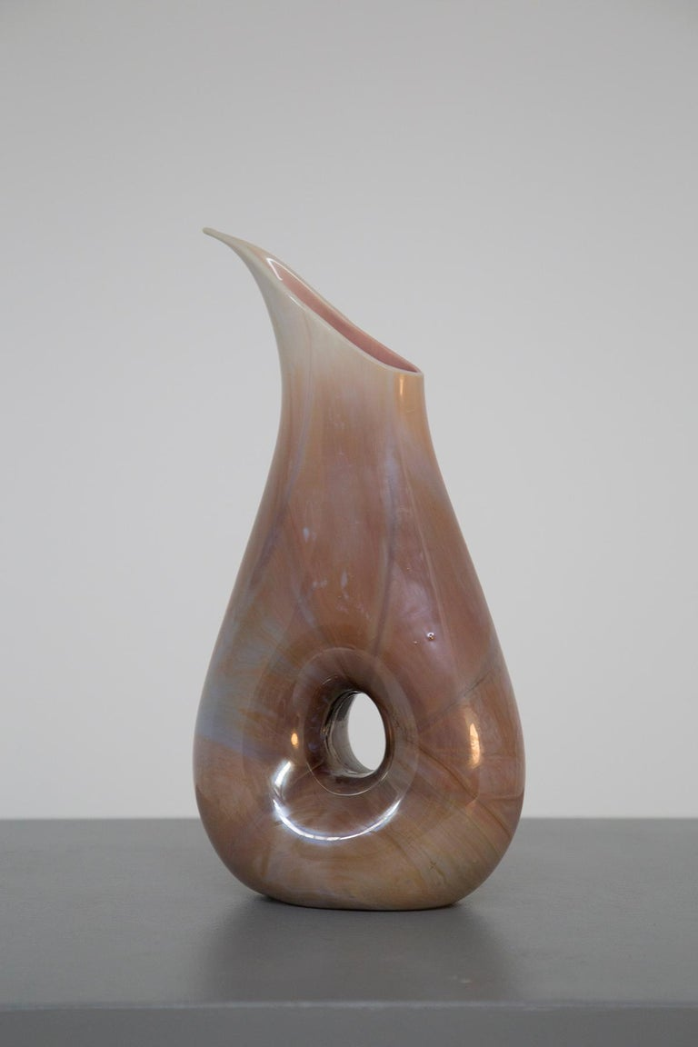Magnificent chalcedony glass vase of the Aureliano Toso manufacture attributed to Dino Martens of the 1950s. The vase is made of a magnificent chalcedony glass where it presents several veins. Its colors are mixed tea brown and cobalt blue up to