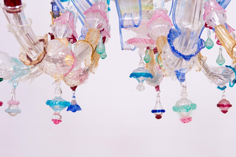Elegant, Italian Venetian, Ca' Rezzonico chandelier, blown Murano glass, multicolored, 1960s This chandelier is a colorful portrait, entirely handcrafted in blown Murano glass, in the Italian, Venetian Murano island. The chandelier is composed by 9