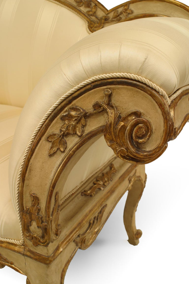 Italian Venetian Carved Floral Settee In Good Condition For Sale In New York, NY