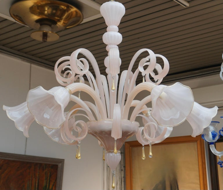 Elegant Venetian glass chandelier or pendant composed of six arms and made of pink Murano glass with gold inclusions.The height of the chandelier alone is 31.5