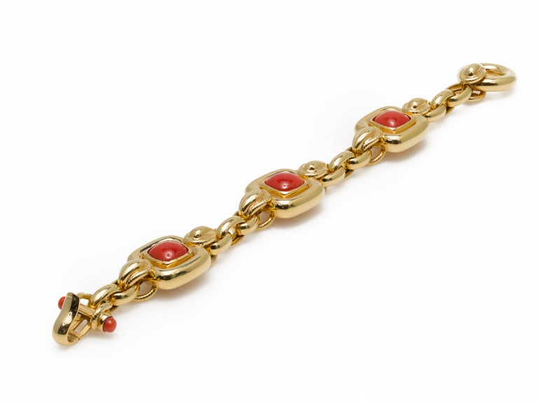 Women's Italian 1970s Natural Mediterranean Cabochon Coral Bracelet in 18 Karat Gold For Sale