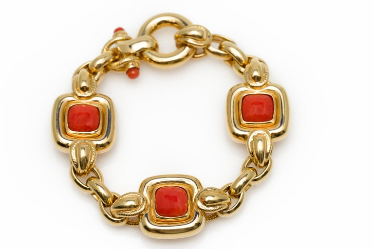 Italian 1970s Natural Mediterranean Cabochon Coral Bracelet in 18 Karat Gold For Sale 1