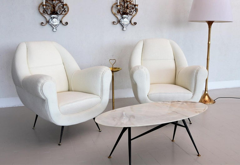 Italian Midcentury Armchairs in White Upholstery and Brass Stiletto Feet, 1960s In Good Condition For Sale In Clivio, Varese
