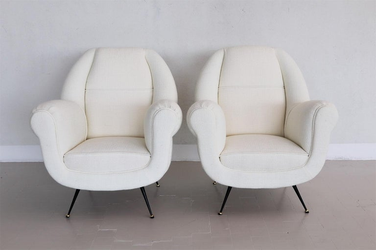 Italian Midcentury Armchairs in White Upholstery and Brass Stiletto Feet, 1960s For Sale 1