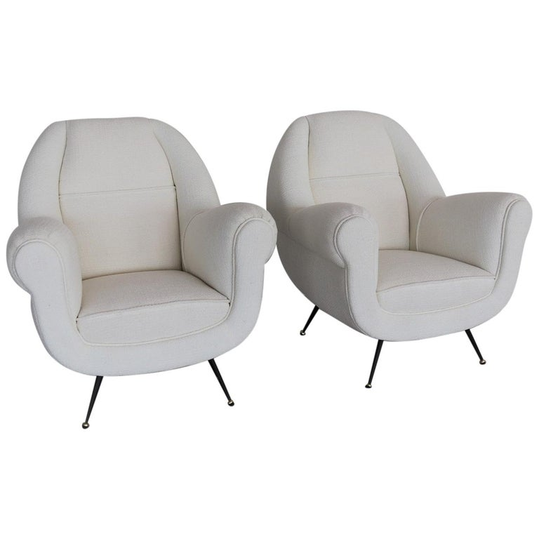Italian Midcentury Armchairs in White Upholstery and Brass Stiletto Feet, 1960s For Sale