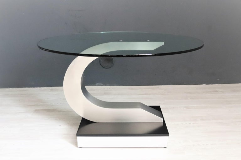 Magnificent round dining table with thick crystal glass in the style of Pierre Cardin.